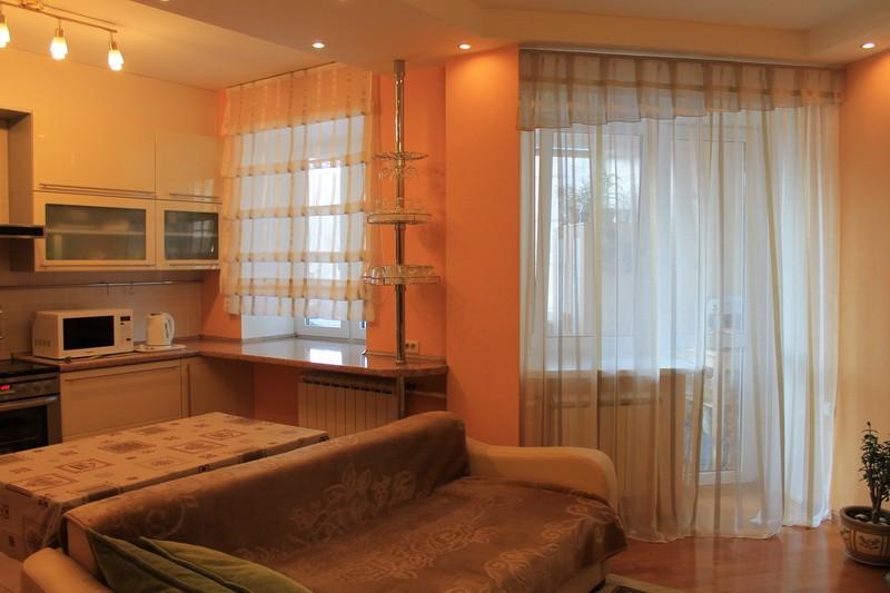 Римская штора с наплывом плюс легкая портьера (кухня)_800