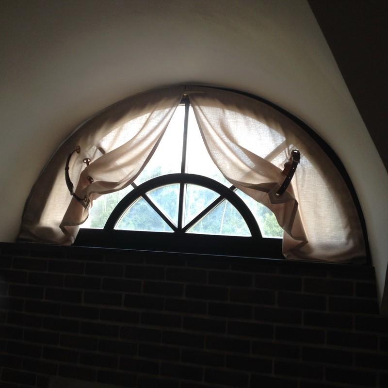 Шторы на нестандартные окна с кожаными ремнями_новый размер