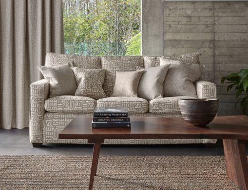 Шторы и мебель для гостиной.