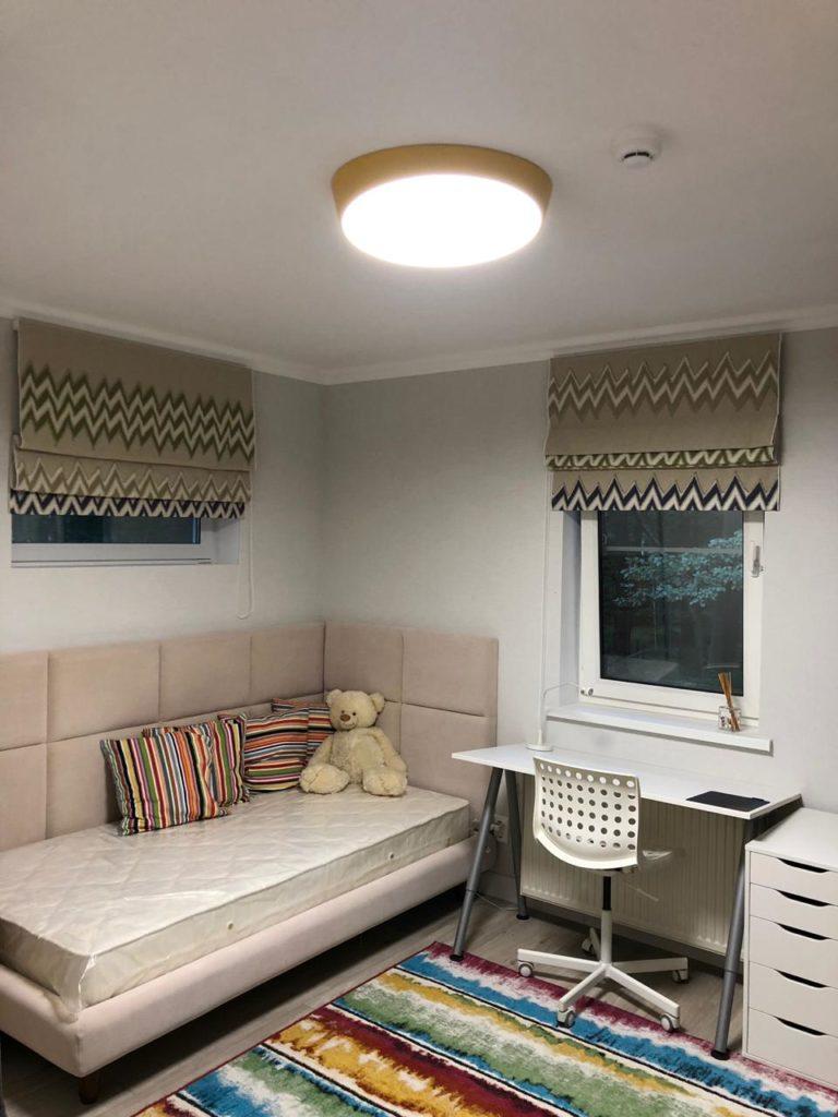 Римские шторы в детскую, кровать и стеновые панели
